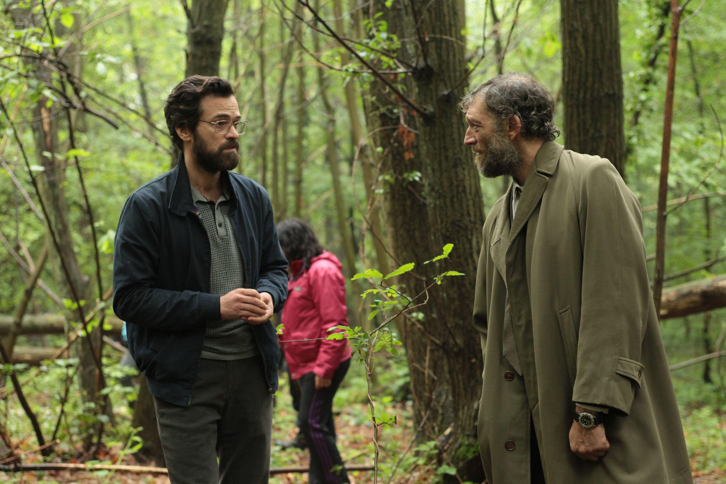 Duris y Cassel en una escena en el bosque de la película Sin dejar huellas