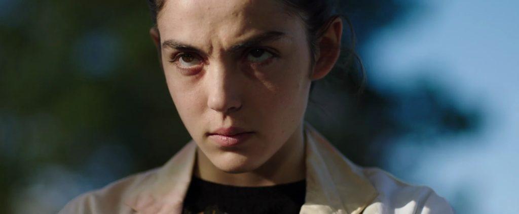 Escena de la película francesa Crudo que muestra a su protagonista con cara de pocos amigos