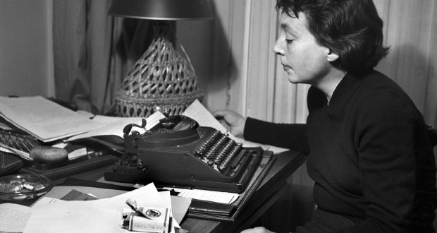 la escritora MArguerite Duras de perfil, frente a su máquina de escribir