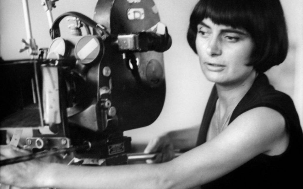 La directora francesa Agnes Varda junto a una cámara de cine