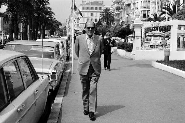 Luis Buñuel paseando por Cannes. El director fue el primer español en ganar la Palma de Oro, una de las anécdotas de Cannes más relevantes.