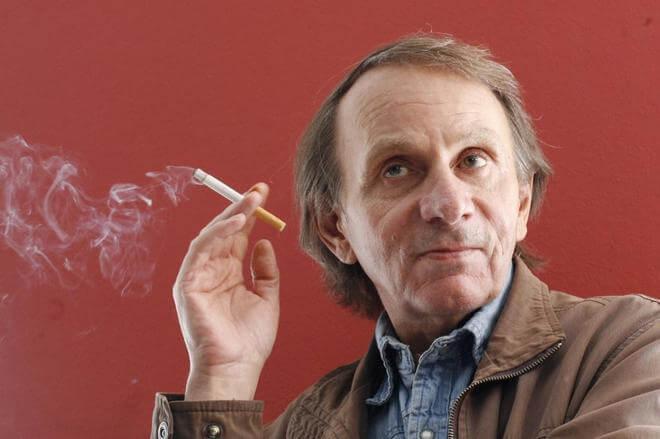 Primer plano del autor Michel Houellebecq, uno de los mayores representantes de la literatura francófona