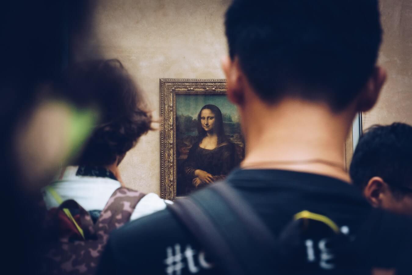 La mona Lisa en una sala abarratada de gente en el Museo del Louvre