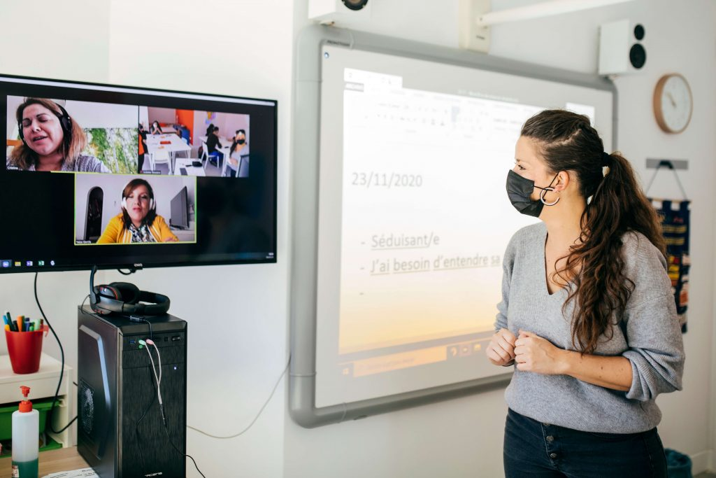 Profesora de Alianza Francesa de Málaga dando clases en un curso de francés online