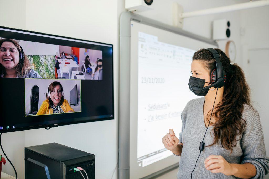Profesora de francés dando clases online