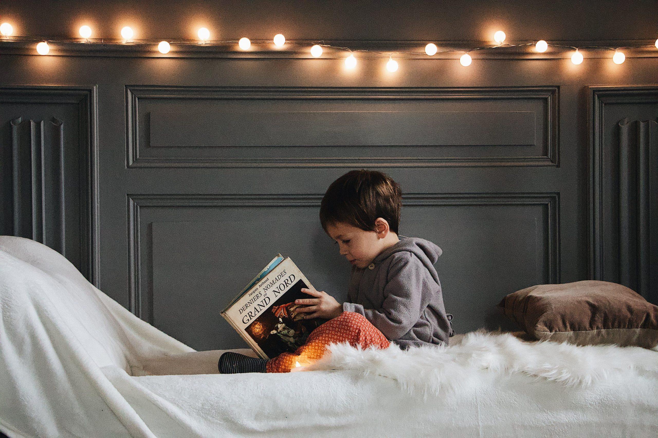 Imagen de un niño pequeño que lee un libro sobre los normandos