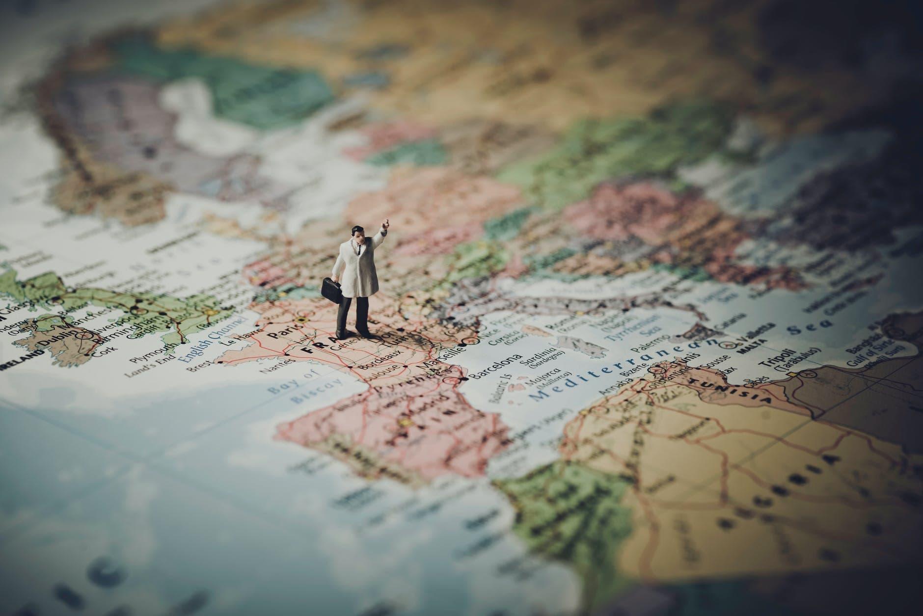 Imagen de un muñeco sobre el mapa de Francia, destino de los candidatos de las becas avenir