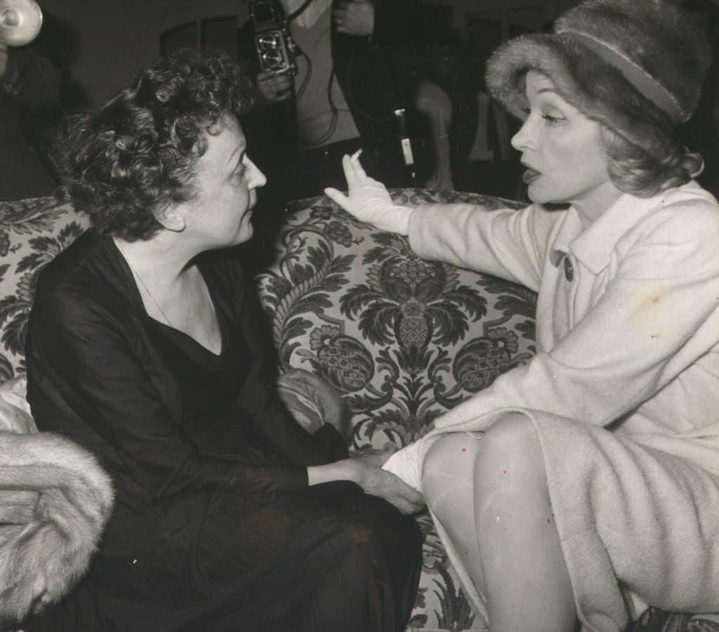 Marlene Dietrich hablando con Édtih Piaf
